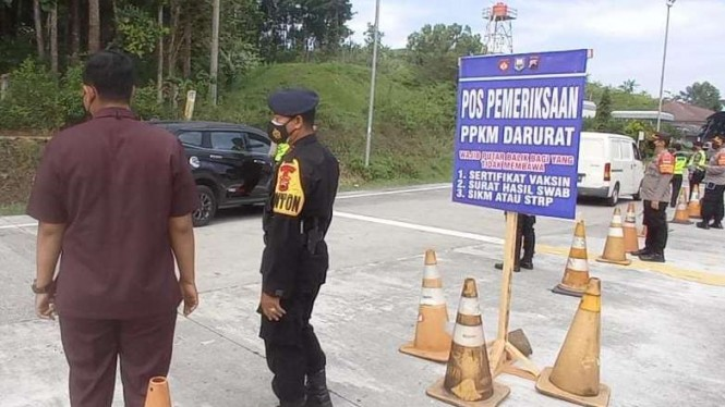 Penyekatan kendaraan di exit tol Tingkir Kota Salatiga, Jateng.