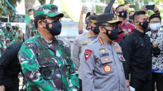 Panglima TNI Marsekal Hadi Tjahjanto bersama Kepala Polri Jenderal Pol Listyo Sigit Prabowo di Bandung, Jawa Barat, Jumat, 16 Juli 2021.