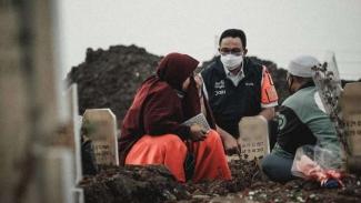 Anies Baswedan memantau pekuburan COVID-19 di Jakarta