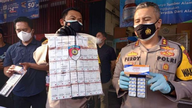 Pengelola tiga apotek di Bogor ditetapkan jadi tersangka.