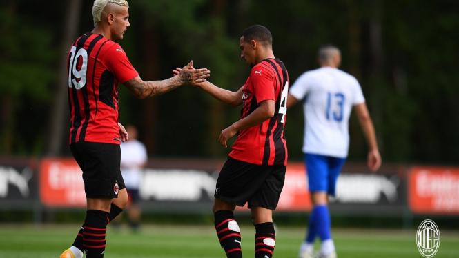 Pemain AC Milan merayakan gol