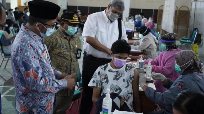Wali Kota Padang Hendri Septa memantau vaksinasi di Kota Padang