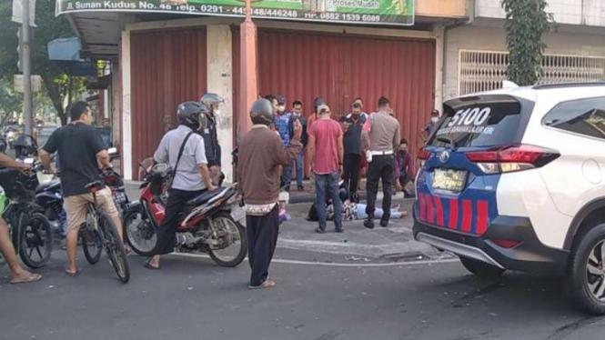 Korban tabrak lari tergeletak di tepi Jalan Sunan Kudus, Jawa Tengah