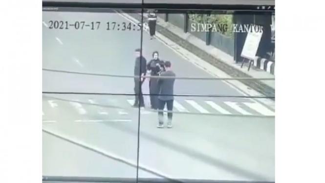 Terciduk CCTV, Pasangan Ini Lakukan Foto Prewedding di Jalan Raya