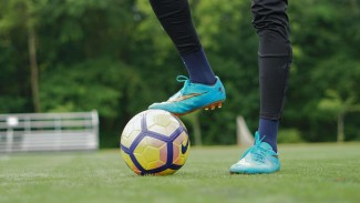 Menghentikan Bola