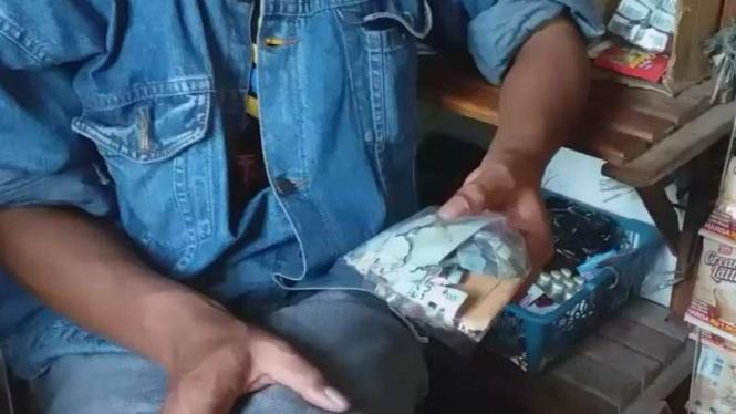 Penampakan uang dibungkus plastik sudah rusak dimakan rayap