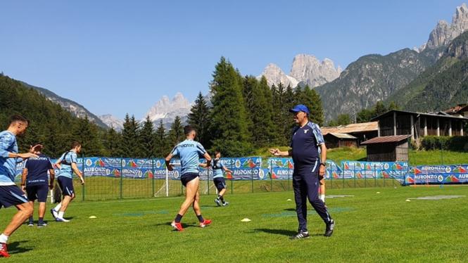 Maurizio Sarri memimpin latihan Lazio