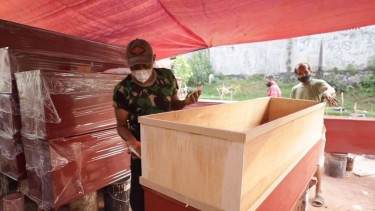 https://thumb.viva.co.id/media/frontend/thumbs3/2021/07/21/60f79b30b7bba-pembuat-peti-mati-di-indonesia-kewalahan-memenuhi-permintaan-di-tengah-pandemi-covid-19_375_211.jpg