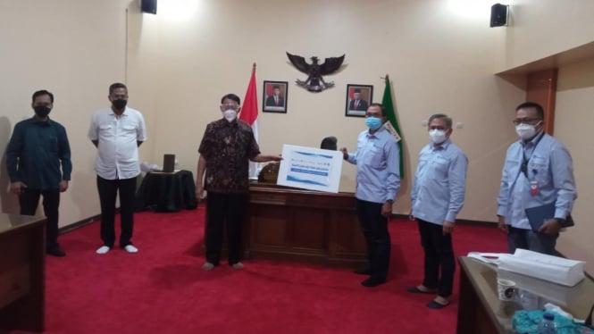 Gubernur Banten, H. Wahidin Halim menerima bantuan oksigen dari PT Chandra Asri