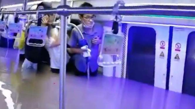 Banjir di kereta bawah tanah di Zhengzhou China.