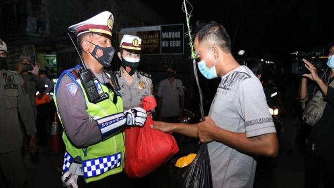 Polri bagikan sembako di titik penyekatan di Karawang