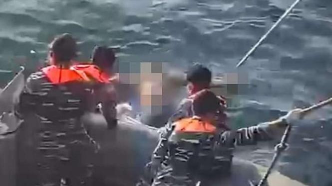 VIVA Militer: Prajurit TNI AL evakuasi korban tenggelam di Perairan Kalbar