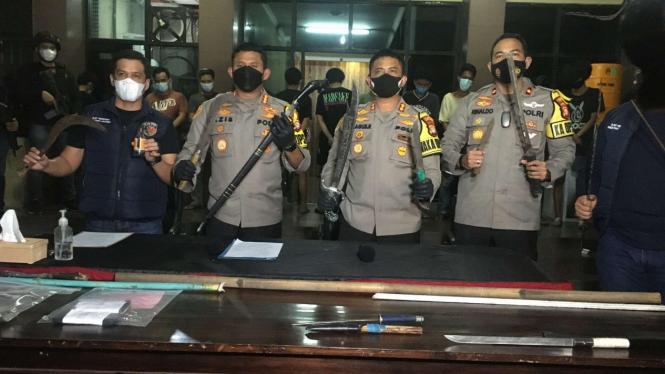 Polisi menunjukkan barang bukti tawuran di Pasar Manggis, Jaksel.
