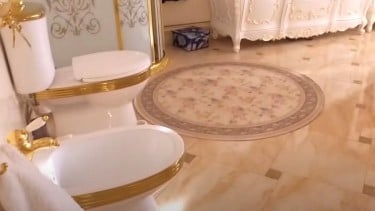 https://thumb.viva.co.id/media/frontend/thumbs3/2021/07/22/60f8a5faa1035-toilet-emas-dan-barang-barang-mewah-ditemukan-dalam-penyelidikan-suap-polisi-rusia_375_211.jpg
