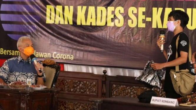 Miftah Solihin, warga Rembang penggagas relawan Covid Rangers, saat menjelaskan gagasan dan gerakannya di hadapan Gubernur Jawa Tengah Ganjar Pranowo di Kabupaten Rembang, Rabu, 21 Juli 2021.