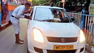 Razia mobil yang memakai lampu rotator di India.