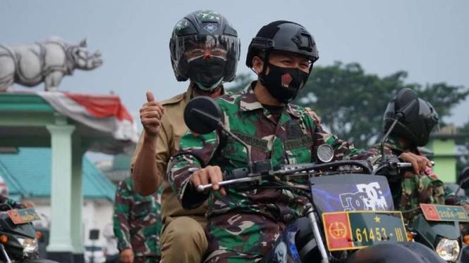 Puluhan prajurit TNI Korem 061/Suryakancana dari unsur Babinsa diberdayakan untuk mendistribusikan paket-paket obat untuk para pasien COVID-19 terkategori ringan yang isolasi mandiri di rumah masing-masing di kota Bogor, Jawa Barat, Rabu, 21 Juli 2021.