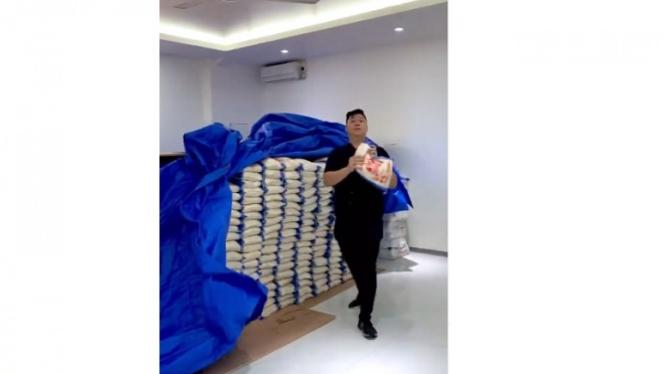 Pengusaha Ini Bagi-bagi 20 Ton Beras, Netizen Acungkan Jempol