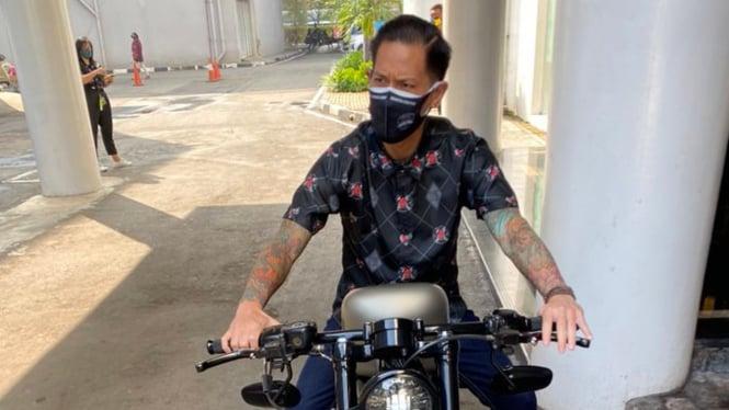 Chef Juna naik motor gede.