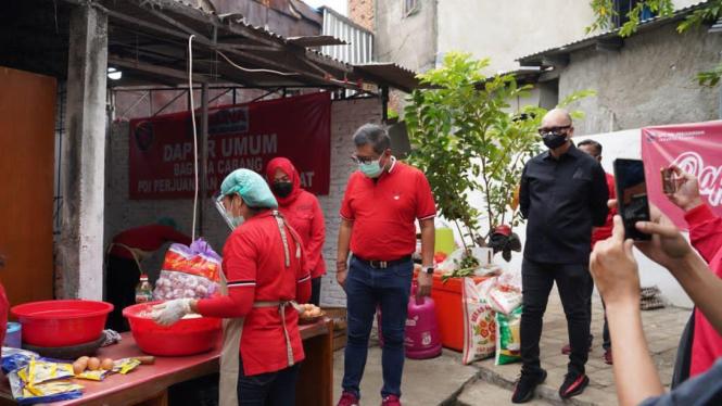 Sekjen PDIP Hasto Kristiyanto Tinjau Dapur Umum dan Vaksinasi Door to Door