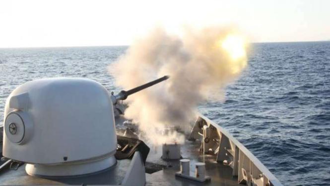 VIVA Militer: Kapal perang TNI Angkatan Laut menembakkan meriam