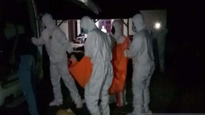 Petugas membawa dua jenazah wanita yang meninggal dunia di Kepri