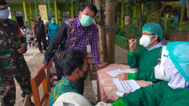 Pelajar disuntik vaksin COVID-19 di SMPN 1 Pasar Kemis, Tangerang,