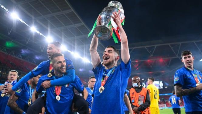 Jorginho mengangkat trofi Euro 2020