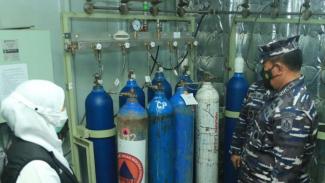 VIVA Militer:KSAL dan Gubernur Jatim tinjau pengisian oksigen di KRI dr.Soeharso