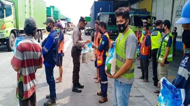 Polres Pelabuhan Tanjung Priok berikan bansos beras ke warga