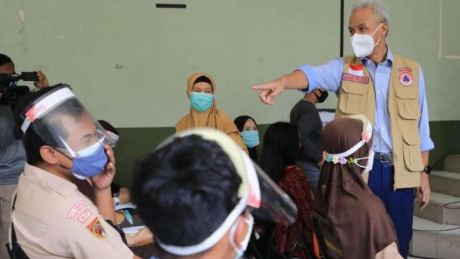 Gubernur Jateng Ganjar Pranowo meninjau vaksinasi.