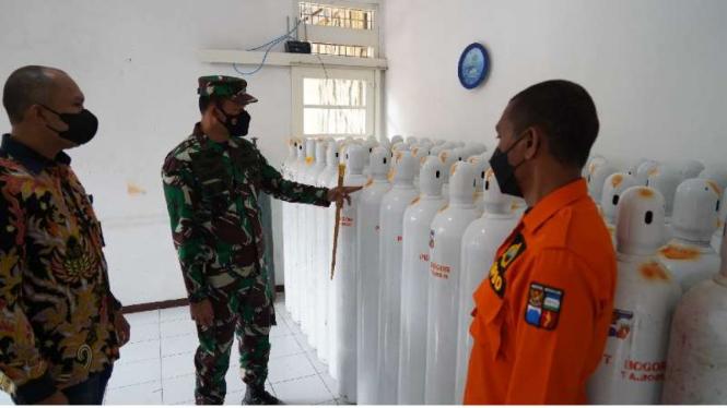 VIVA Militer:Danrem 061/SK menyerahkan bantuan tabung oksigen untuk pasien COVID