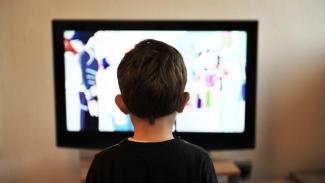 Ilustrasi anak/menonton tv.