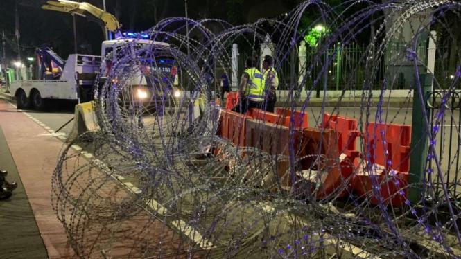 Kawat berduri disiapkan untuk menutup jalan terkait rencana unjuk rasa.