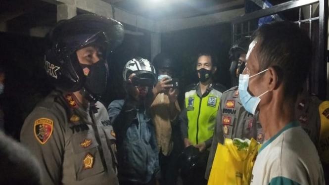 Kapolres Muaro Jambi, AKBP Yuyan Priatmaja bagi-bagi sembako tengah malam