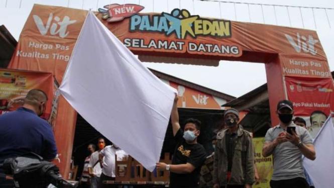 Pedagang kuliner di Medan kibarkan bendera putih.