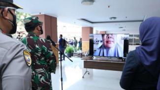 Panglima TNI Marsekal TNI Hadi Tjahjanto berdialog secara virtual dengan pasien COVID-19 yang dikarantina di tempat isolasi terpusat di RSUD Al Ihsan, Bandung, Jawa Barat, Sabtu, 24 Juli 2021.
