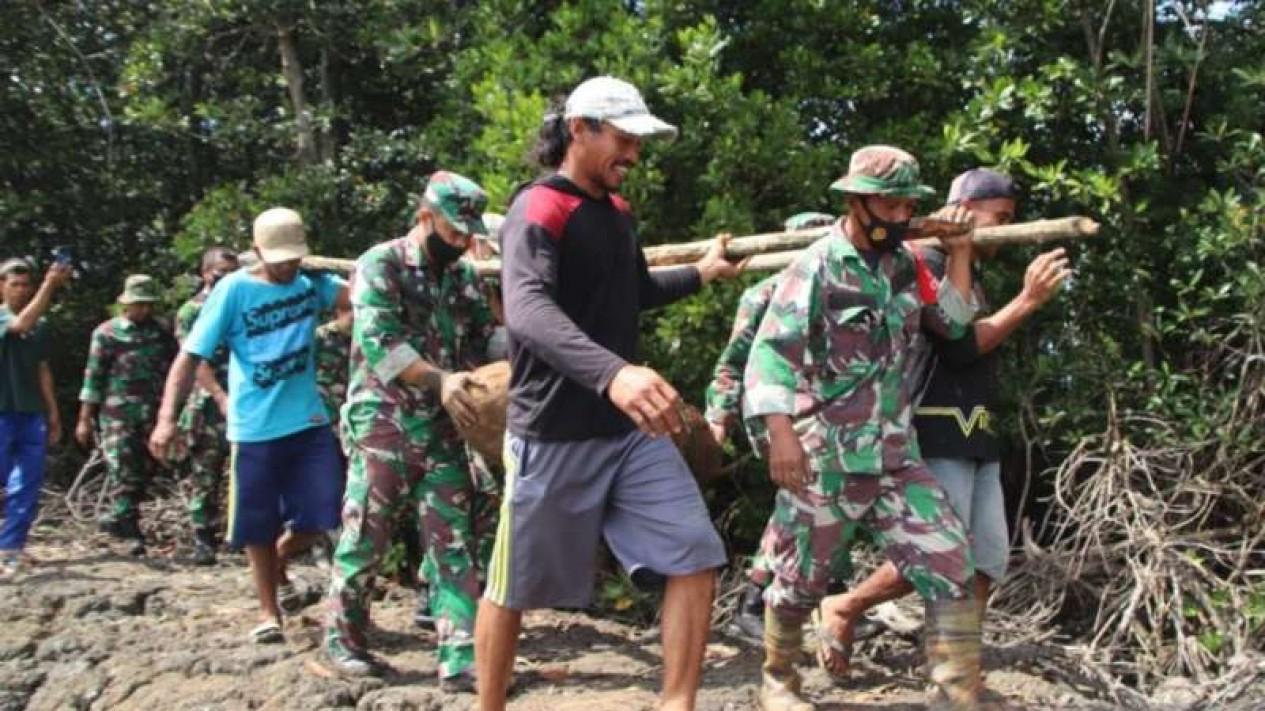 Polisi dibantu prajurit TNI dan warga mengevakuasi sebuah bom sisa Perang Dunia II yang ditemukan di area tambak warga Dusun Cumene, Desa Sumpang Minangae, Kecamatan Sibulue, Kabupaten Bone, Sulawesi Selatan, Sabtu, 24 Juli 2021.