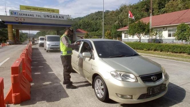 Suasana pemeriksaan di exit tol Ungaran saat PPKM darurat.
