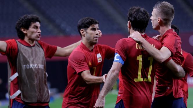 Pemain Timnas Spanyol merayakan gol di Olimpiade Tokyo