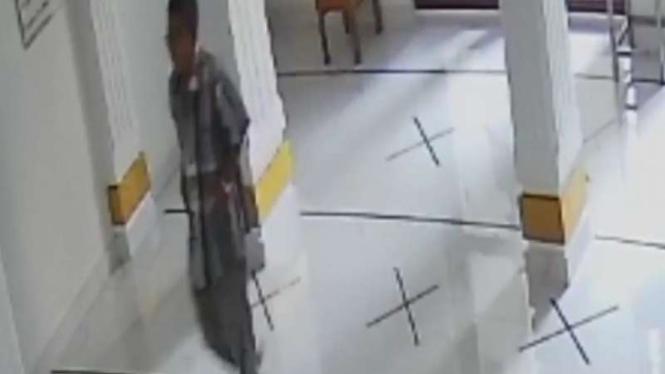 Tangkapan gambar video diduga maling kotak amal di masjid di Ulujami Jaksel