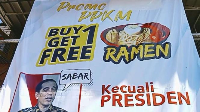 Spanduk promo PPKM buy 1 get 1 kecuali Jokowi.
