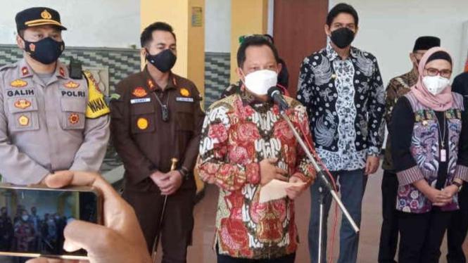 Menteri Dalam Negeri Tito Karnavian (ketiga kiri) saat memberi keterangan pers mengenai pelaksanaan vaksinasi COVID-19 di Kabupaten Indramayu, Jawa Barat, Rabu, 28 Juli 2021.