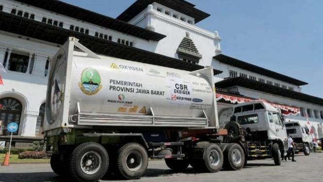 Truk ISO tank di halaman kantor Gubernur Jawa Barat, Kota Bandung, Kamis, 29 Juli 2021, sesaat sebelum diberangkatkan untuk mendistribusikan oksigen cair medis ke daerah-daerah di Jawa Barat untuk penangan pasien COVID-19.