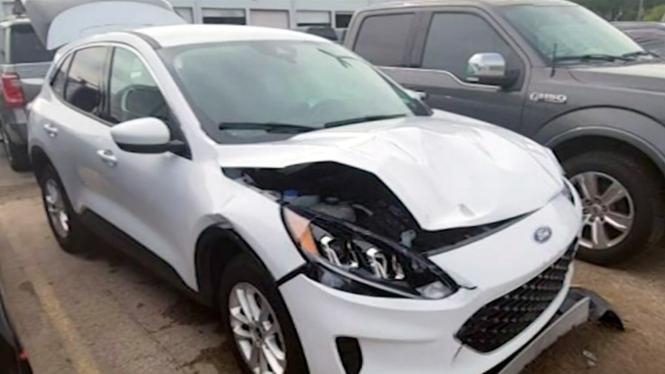 Mobil Ford Escape milik konsumen yang rusak saat dititipkan untuk servis berkala