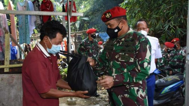 VIVA Militer: Danjen Kopassus berikan bantuan untuk warga terdampak COVID-19