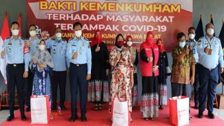 Kemenkumham Jawa Barat memberikan bantuan ke warga terdampak COVID-19