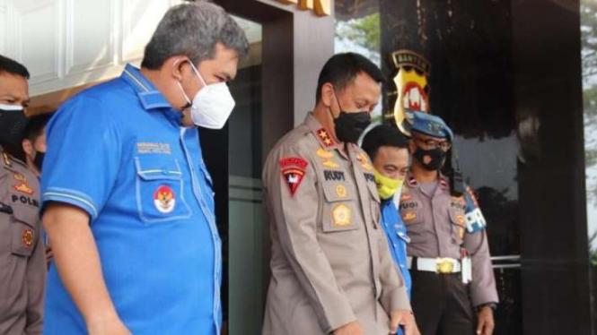 Polda Banten gandeng KNPI dalam memberikan bantuan kepada masyarakat.