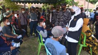 VIVA Militer:Pangkoarmada II dan Gubernur Jatim tinjau vaksinasi di Pulau Bawean