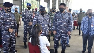VIVA Militer: Wakasal Laksdya TNI Ahmadi Heri tinjau serbuan vaksinasi di Banten